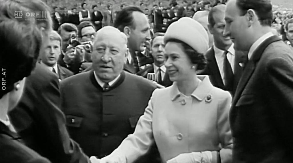 Offenbar auf Augenhöhe: Krainer senior und die Queen